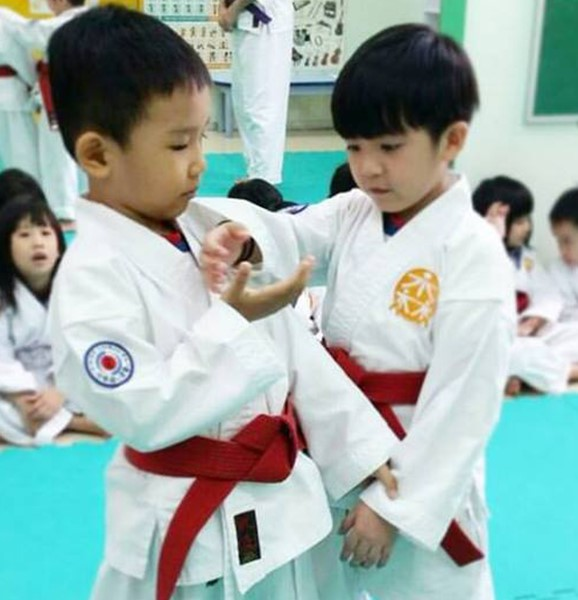 Two students sparring at aikiForest