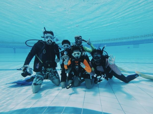 Children learning how to dive with Dive Degree